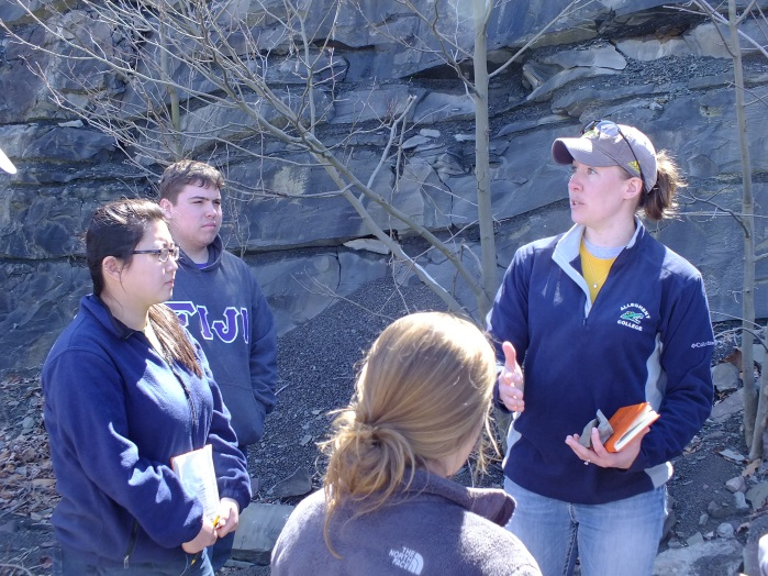 Katie Heckman (07'), a geologist at EQT, discussing carbonate reservoirs with the Junior Seminar class in Kentucky